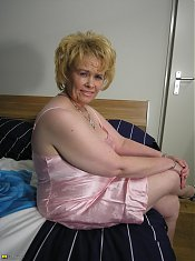Kinky housewife playing on her bed