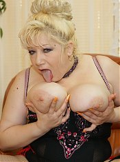 Big titted mature mama gets footfucked and fisted